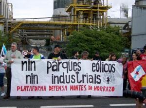 A Plataforma en Defensa dos Montes do Morrazo protestando contra os parques eólicos e industriais nos Montes do Morrazo