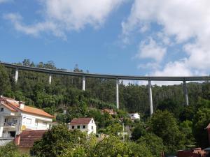 viaduto do rio Miñouva e o núcleo poboacional de Calvar.