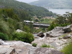 fervenza da Miñouva co corredor do Morrazo na proximidade (o segundo viaduto está proxectado ao norte máis próximo á fervenza)