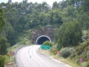 túnel baixo co castro de Montealegre (o novo túnel vai cara  á esquerda)