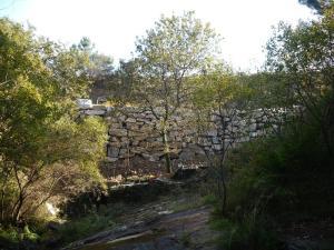 recheo-enriba-da-conca-do-rego-da-freixa-cos-restos-do-muino-da-laxina-ao-seu-caron