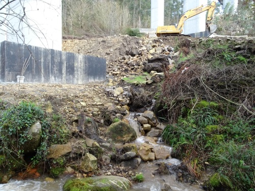 obras no viaduto da Mó e vertedura de terras sen control ao rego Barranco do Faro