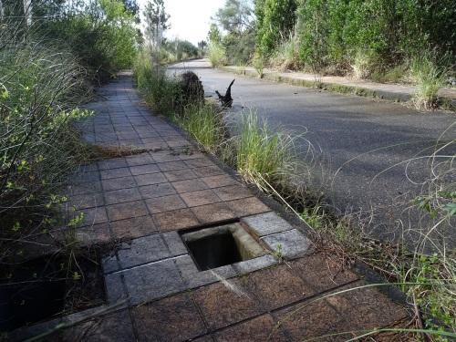 beirarrúa con arquetas destapadas en zona A urbanizable
